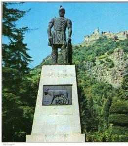 Decebalus Statue in Deva with Deva Fortress in background - detail from postcard