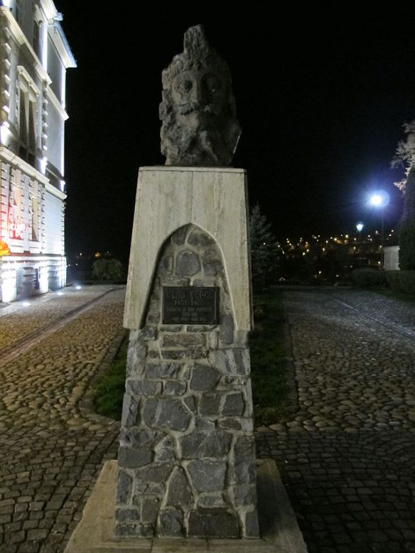Statue of Vlad Tepes in his birthplace of Sighisoara, Transylvania (Credit: Sailko)