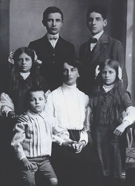 Inessa Armand with her children in Brussels 1909 - at the time she first met Vladimir Lenin