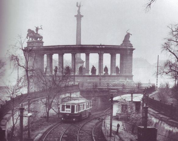 Train coming out at Állatkert (Zoo Station)