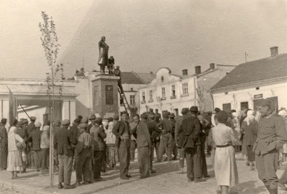 Statue of Lenin being removed after the Germans occupied Lwów in June 1941