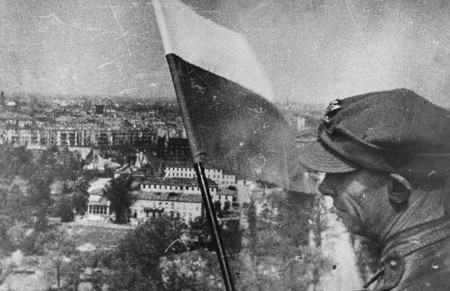 Antoni Jabłoński hoists the Polish flag over Berlin from the Siegessäule