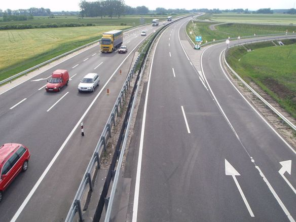 License to speed - open lanes on the M85 in western Hungary