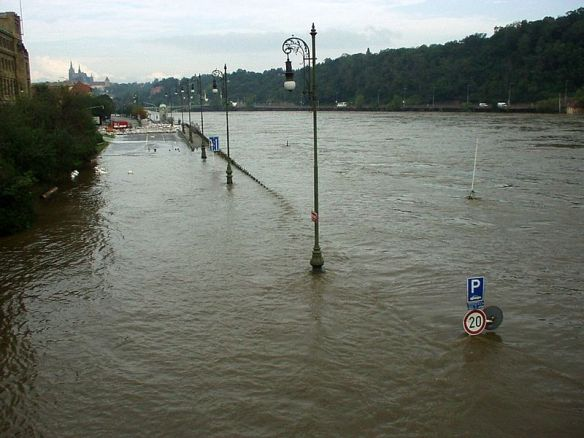 Rising tide - Povoden in Prague during the 2002 flood