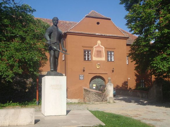 Nikola Jurisics statue - Entrance to Jurisics Castle