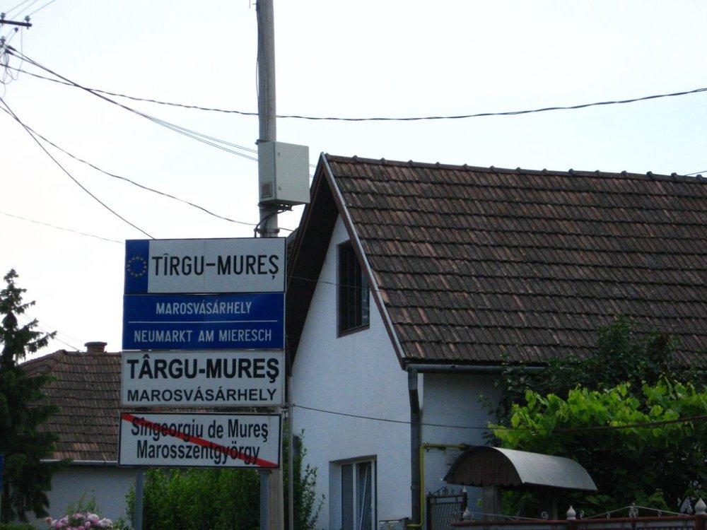 Multilingual sign in Targu Mures (Marosvasarhely)