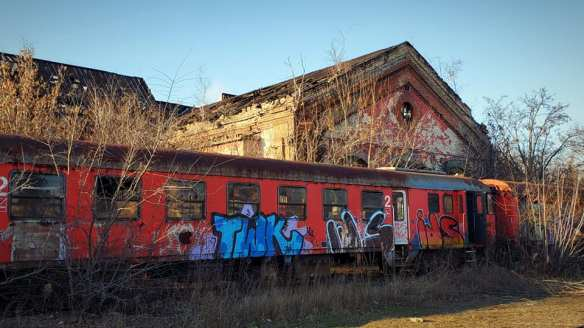 Vagabondage - An abandoned railroad car outside a ruined workshop at Istvantelek
